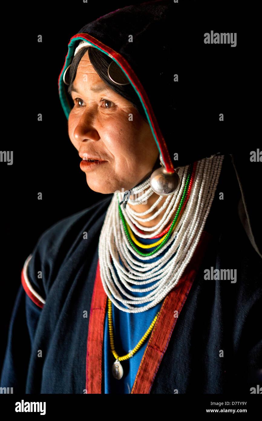 Mujer de la tribu Akha con sus trajes tradicionales, en una colina cerca de la aldea de Kengtung (Kyaingtong), el Foto de stock