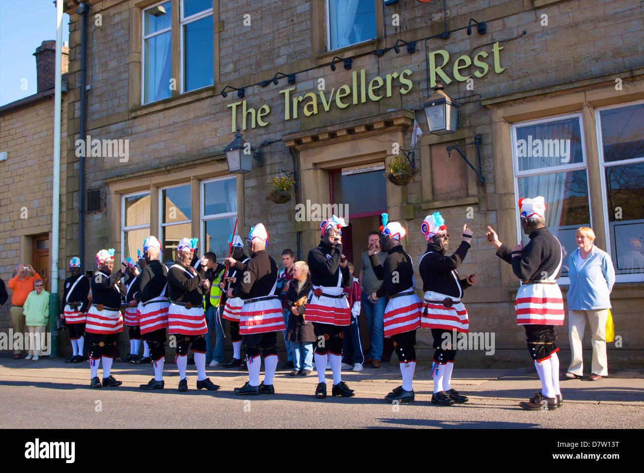 Bailarines de coco Tradicional Procesión de Sábado Santo, Bacup, Lancashire, Inglaterra, Reino Unido Imagen De Stock