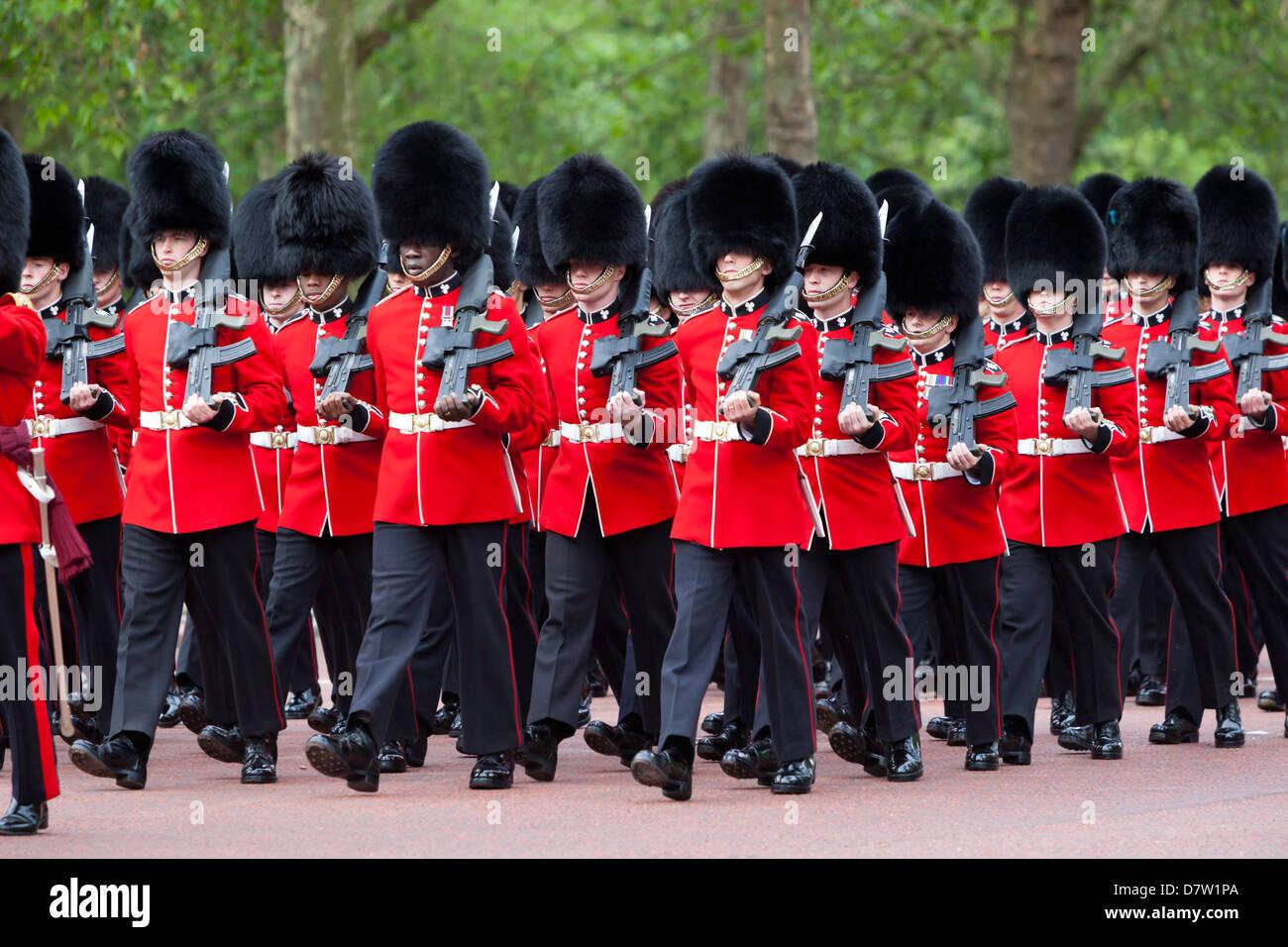 Irish Guards marchando por el Mall, Londres, Inglaterra, Reino Unido Imagen De Stock