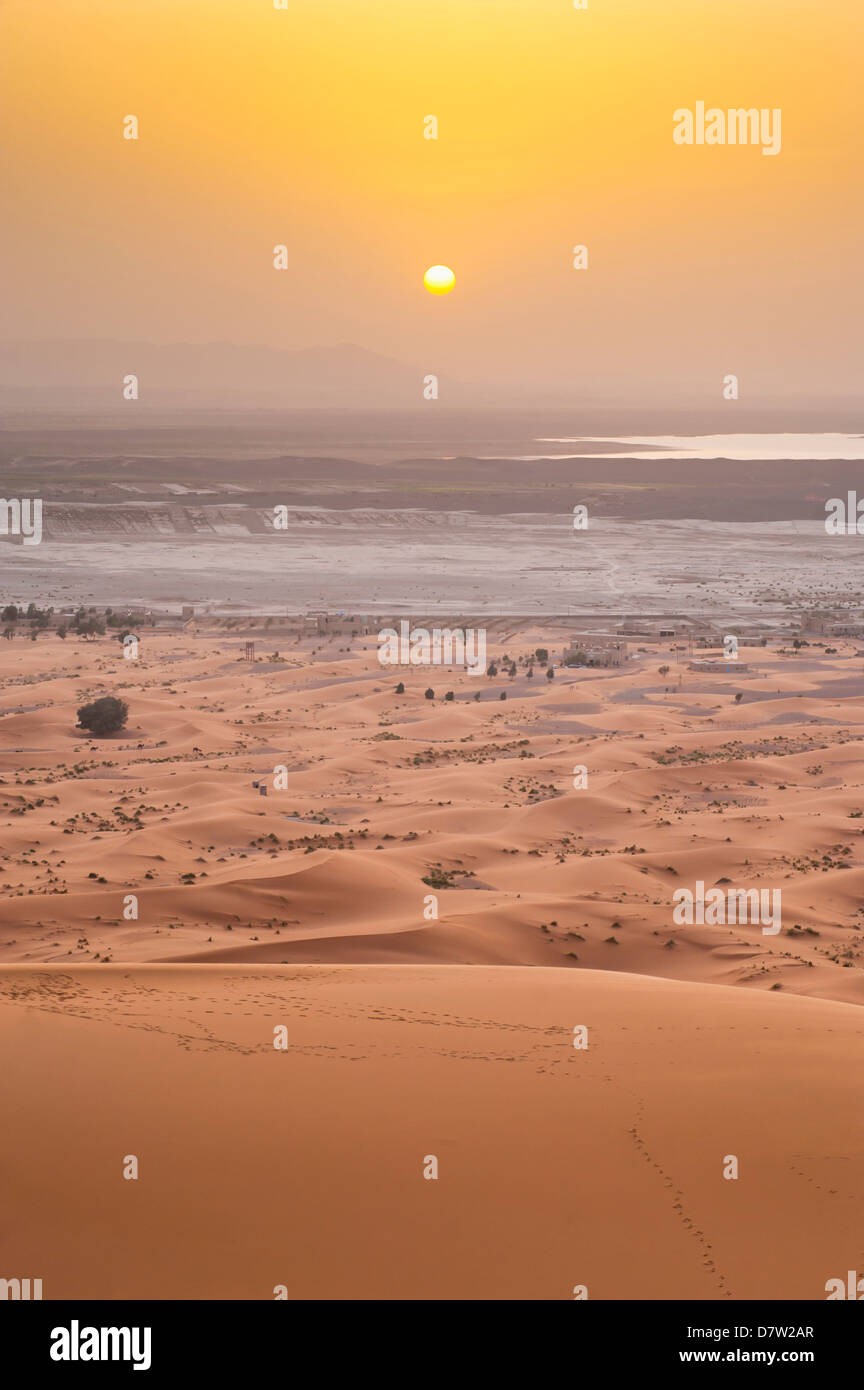 Erg Chebbi Desierto del Sahara atardecer desde la cima de una duna de arena de 150m, cerca de Merzouga, Marruecos, Imagen De Stock