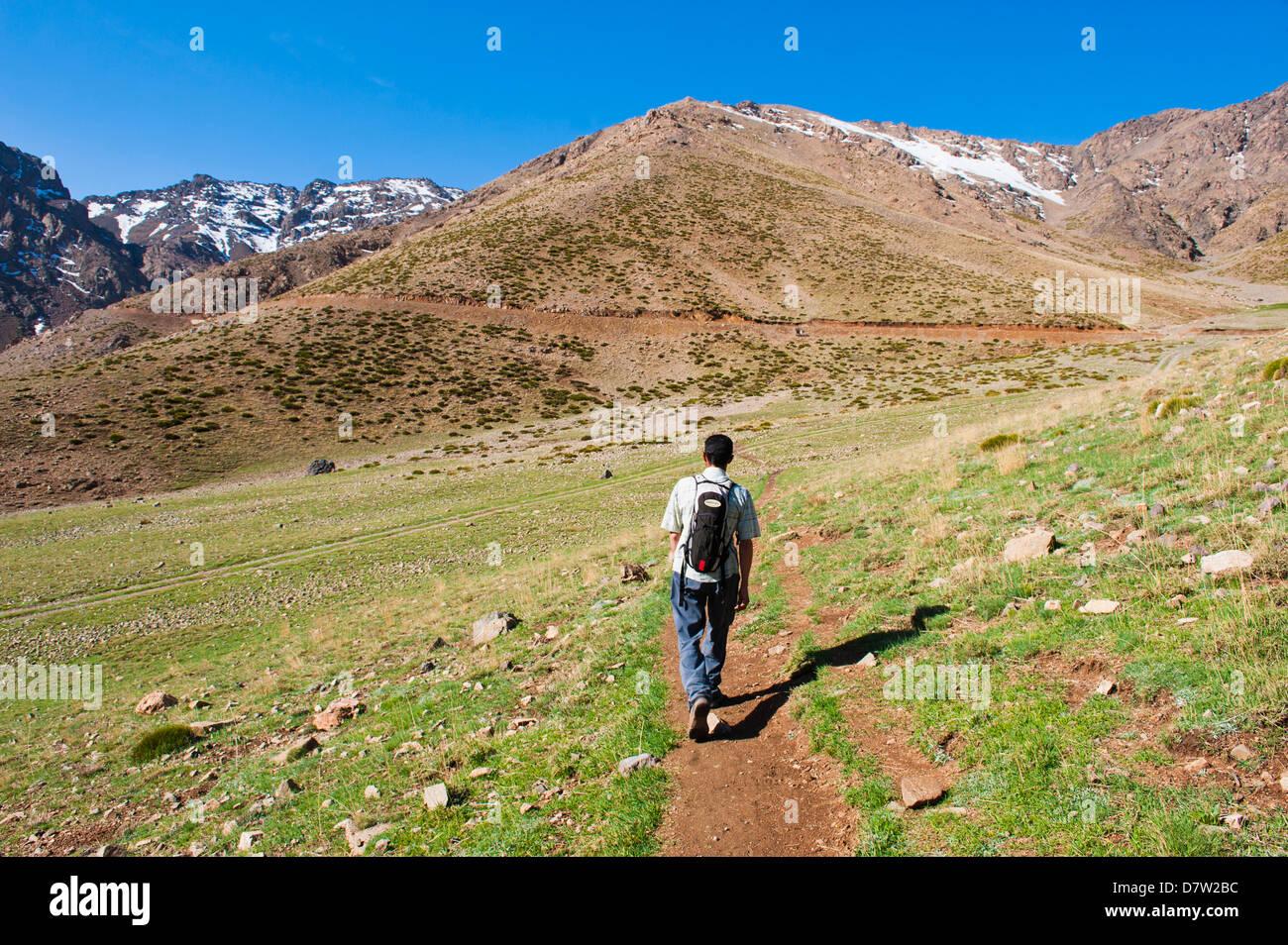 Guía de trekking caminando por la estación de esquí Oukaimeden en verano, las montañas del Alto Atlas, Marruecos, Foto de stock