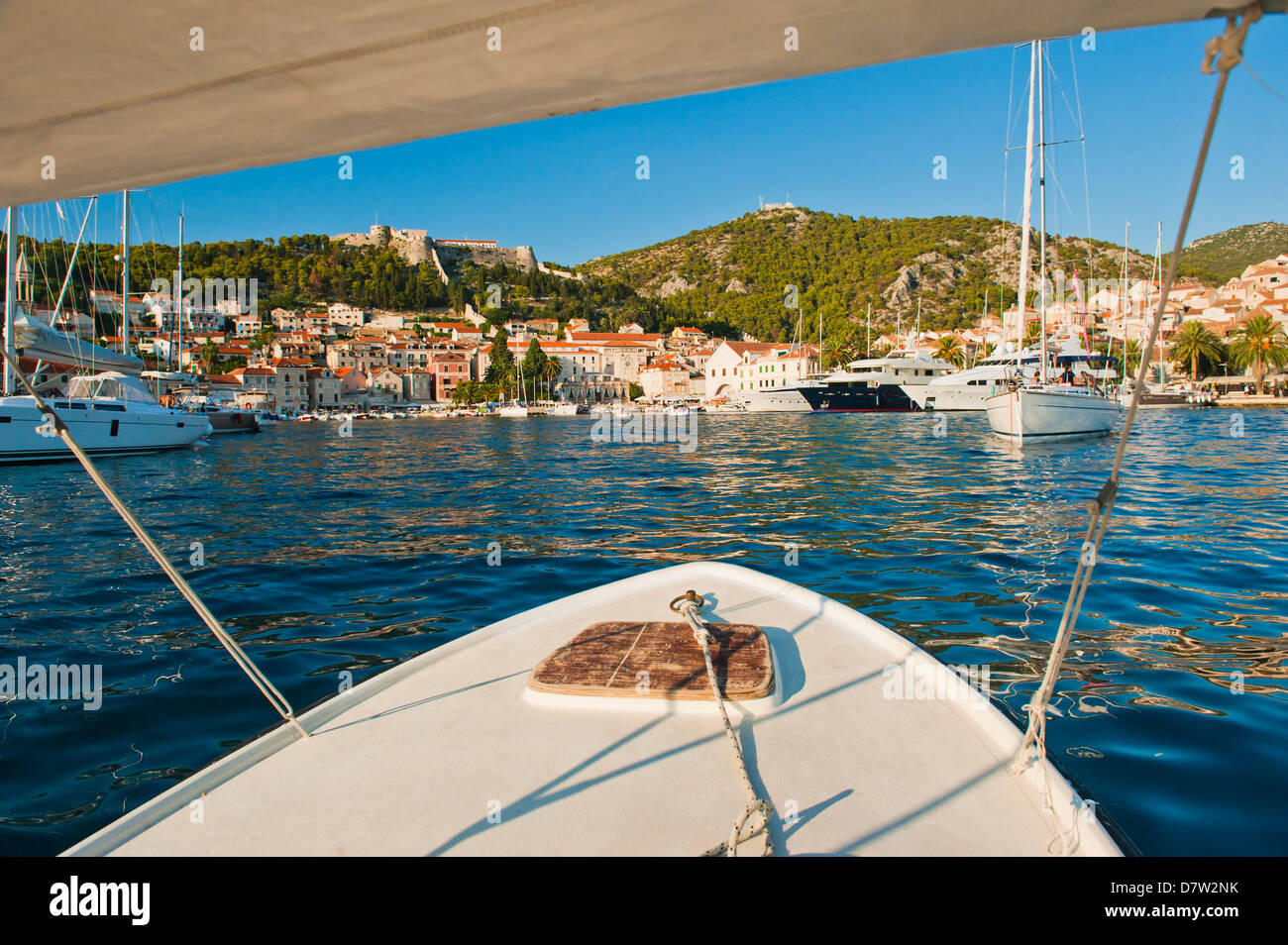 Viaje en barco regresando a la ciudad de Hvar, Hvar Island, la costa Dálmata, Adriático, Croacia Imagen De Stock
