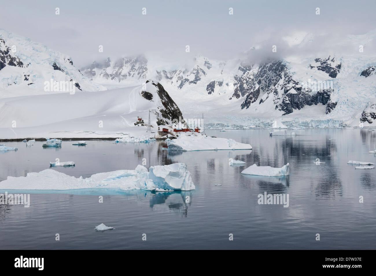 Bahía Paraíso, en la Península Antártica, en la Antártida Imagen De Stock