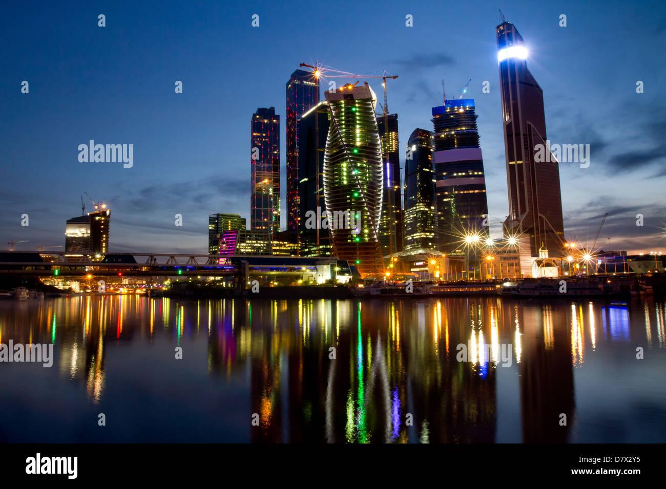 Vista nocturna de los rascacielos del centro de negocios de Moscú Imagen De Stock