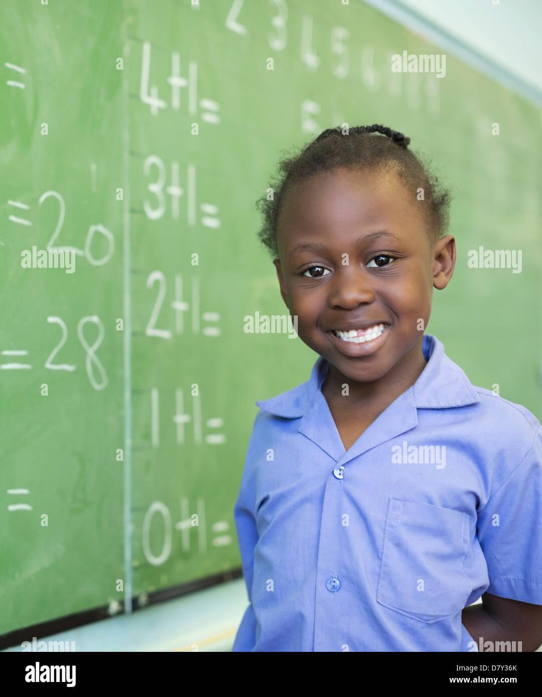 Estudiante sonriente en pizarra Foto de stock
