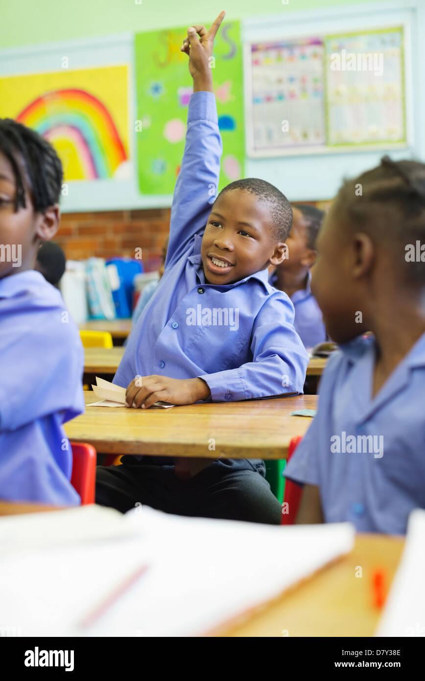 Estudiante levantando la mano en clase Imagen De Stock