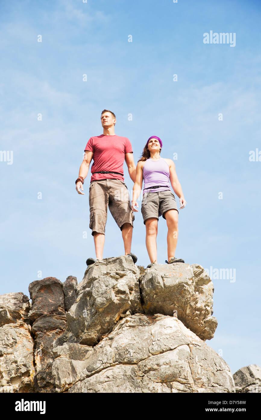 Los escaladores en la cima de la colina rocosa Foto de stock