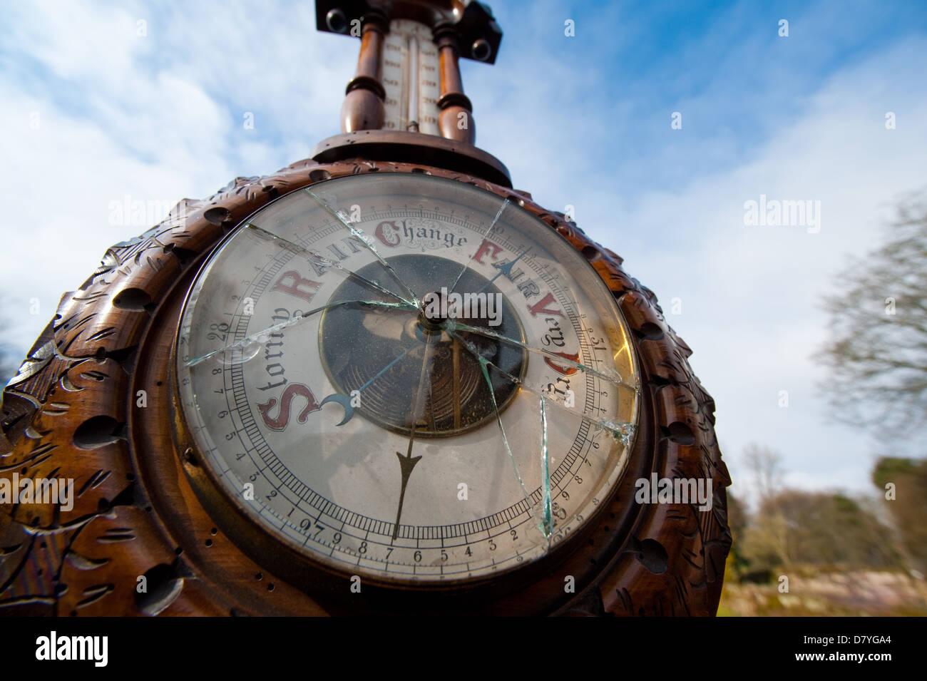 Un barómetro roto contra un cielo azul Imagen De Stock