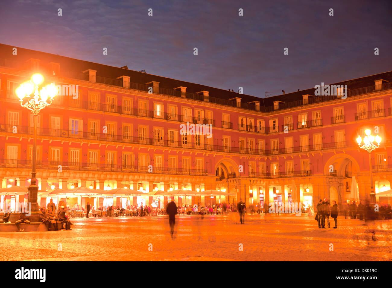 La plaza central de la Plaza Mayor por la noche, Madrid, España Imagen De Stock