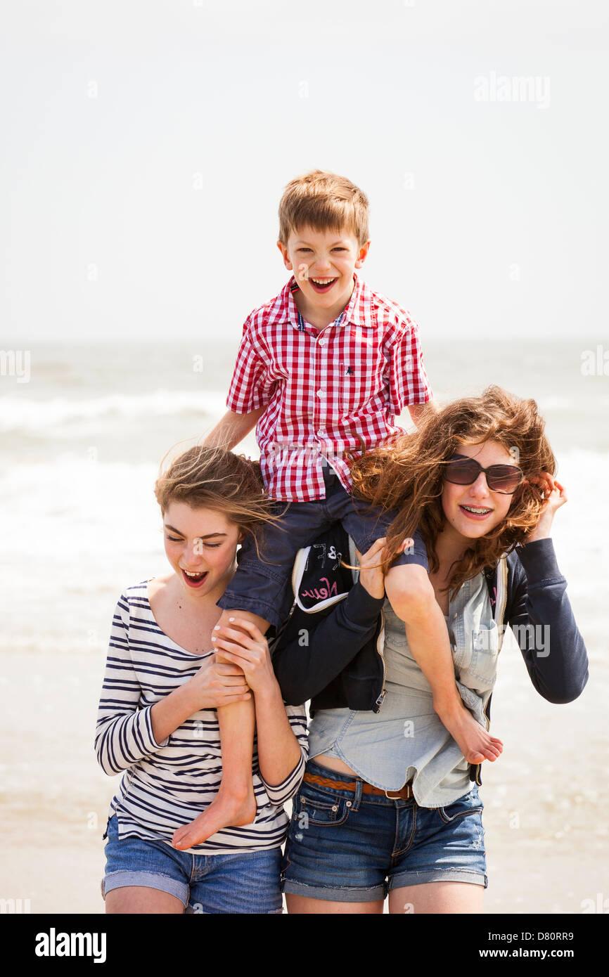 Familia de 3 jugando en la playa Imagen De Stock