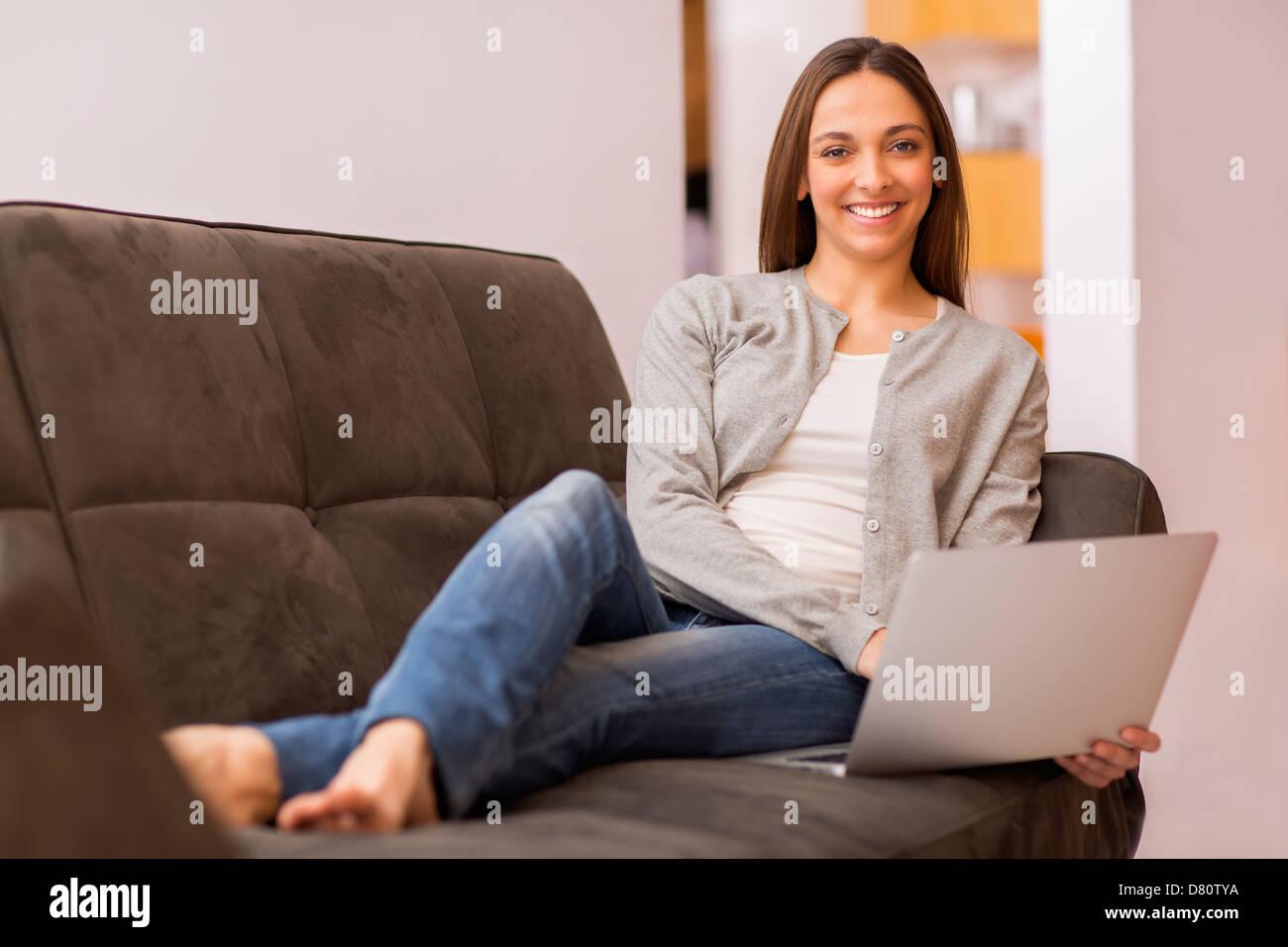 Mujer sonriente teletrabajo desde casa Foto de stock