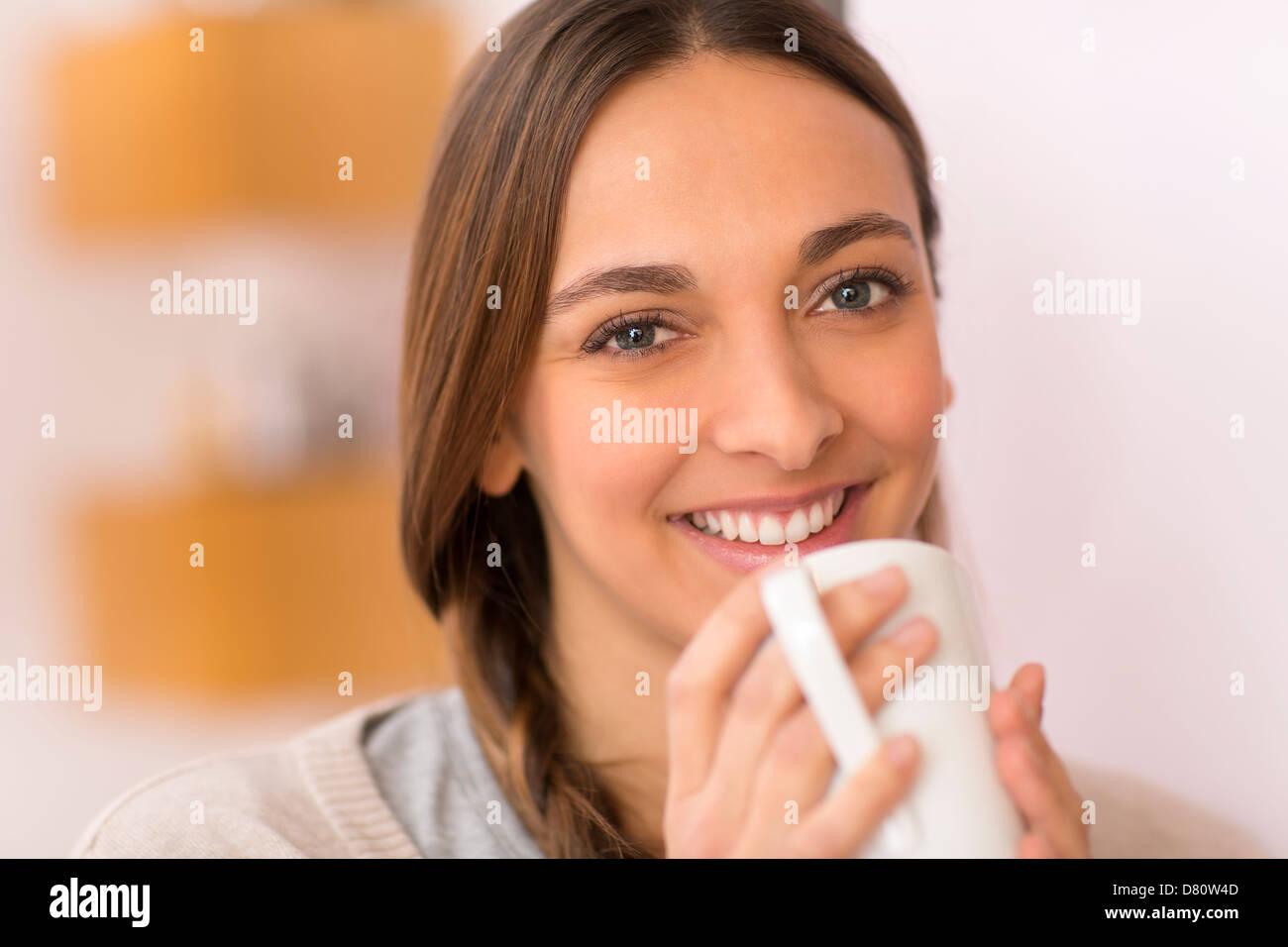 Joven natural retrato con su taza de té. Mirando a la cámara Imagen De Stock