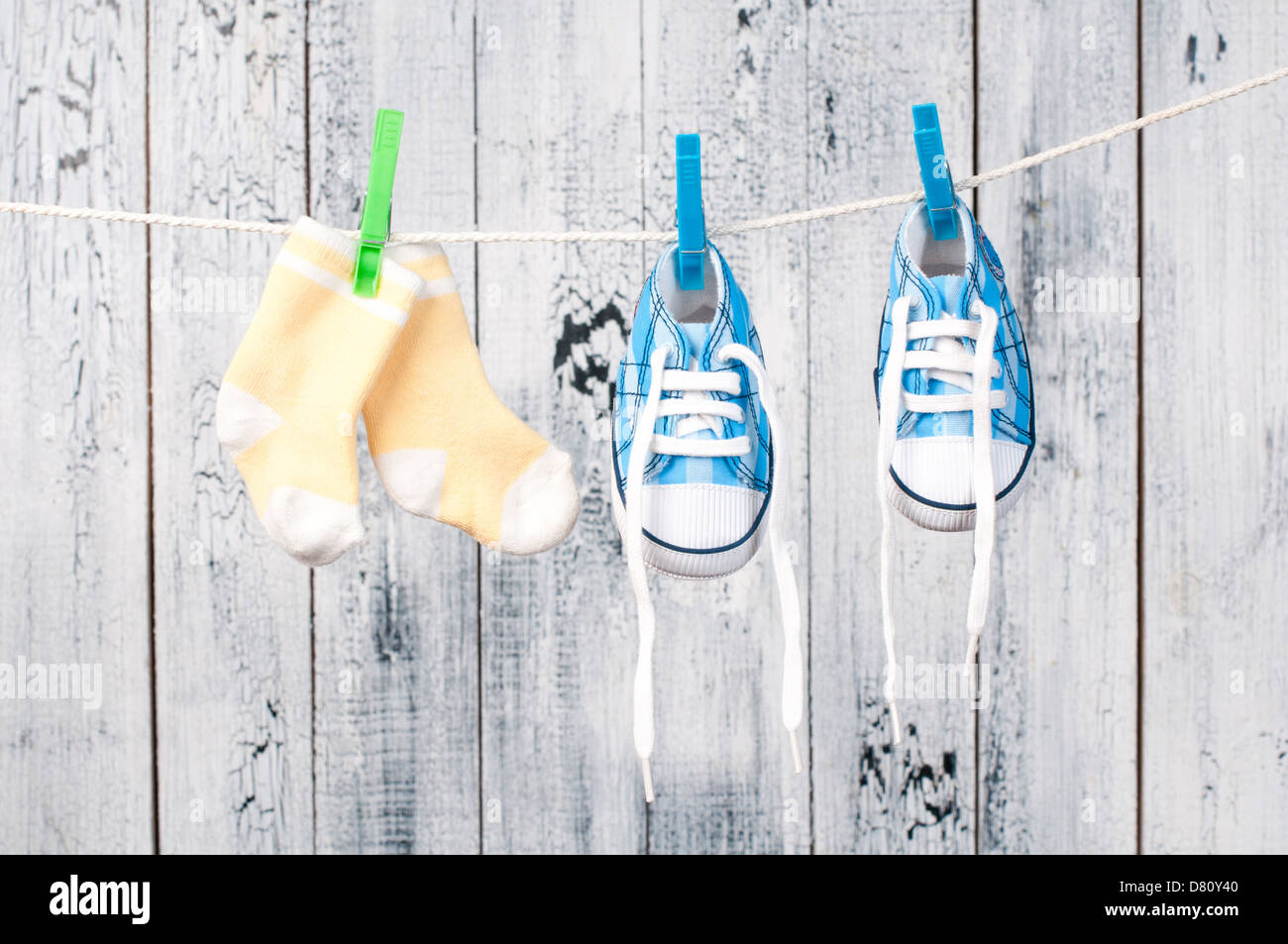 Ropa de bebé colgando en el tendedero. Imagen De Stock