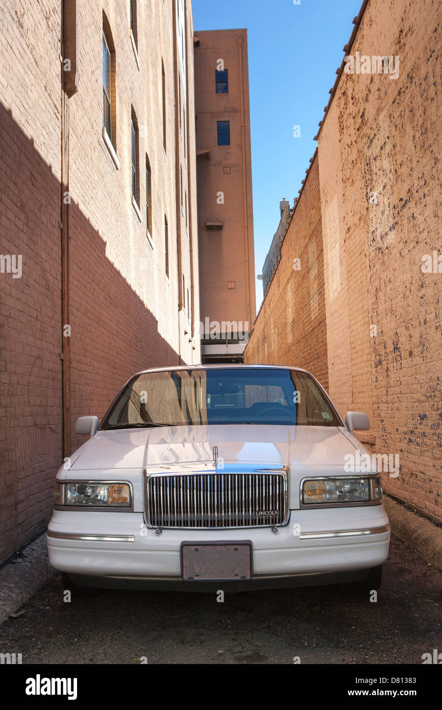 Una limusina estacionado en una calle estrecha en Jackson, Mississippi, EE.UU. Foto de stock