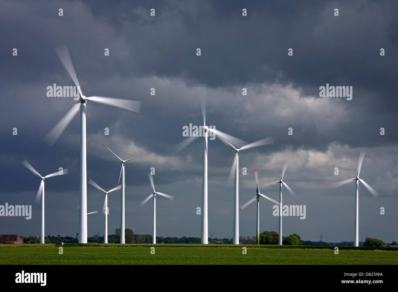Motion borrosa en aerogeneradores de parques eólicos, energía renovable Imagen De Stock