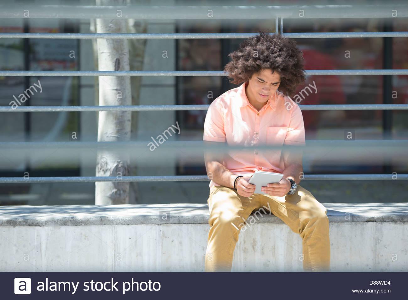 Joven utilizando digital comprimido en ciudad Imagen De Stock