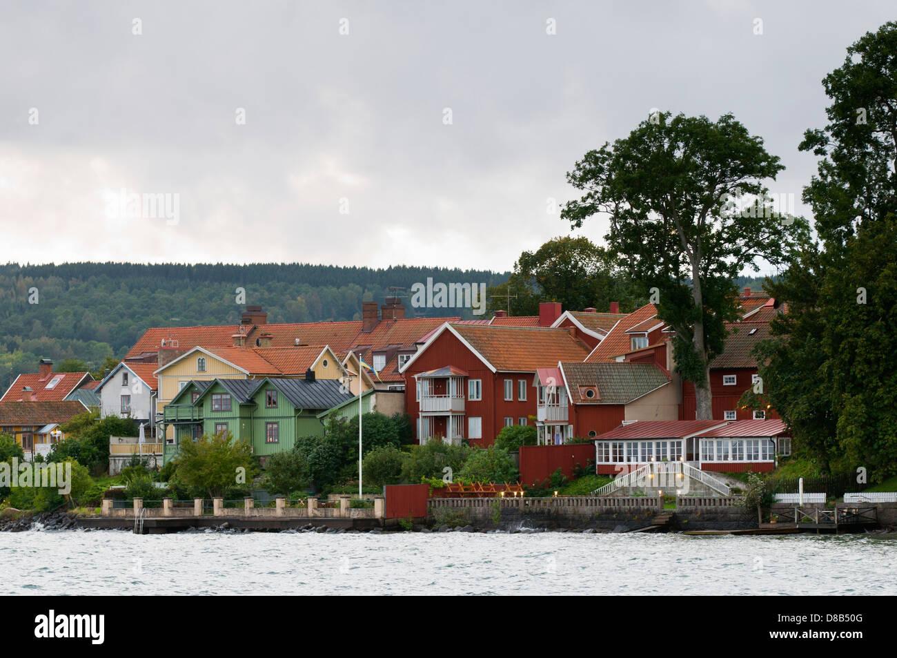 Vista de la histórica ciudad de madera Hjo por el lago Vättern en Suecia Foto de stock