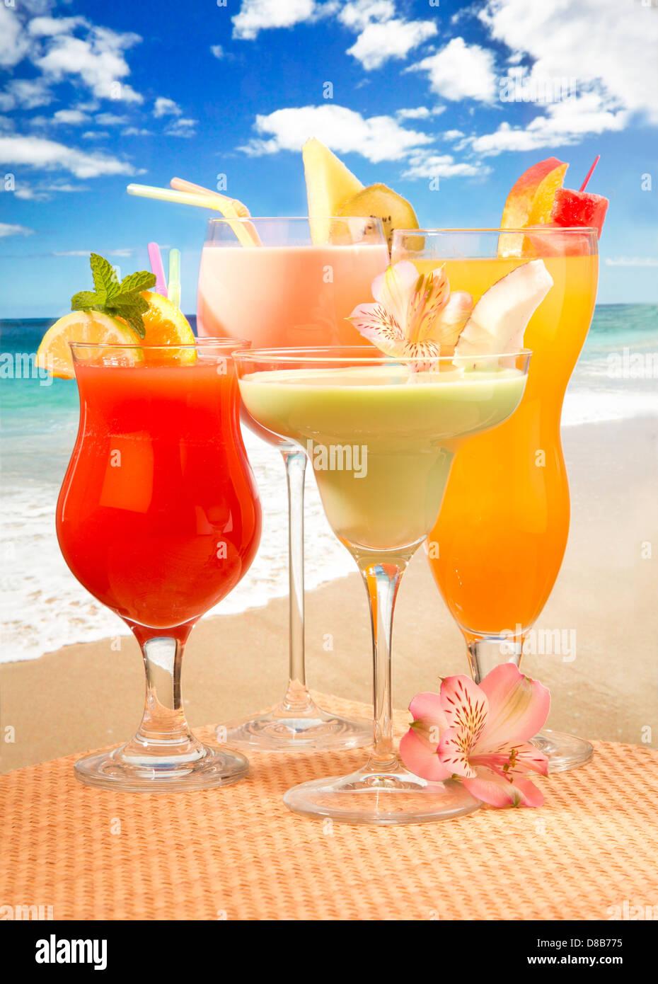 Zumo de frutas tropicales cócteles Foto de stock