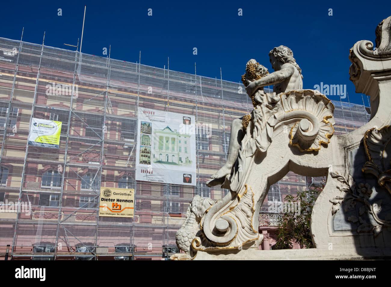 Renovación de edificios, andamios, Georgsbrunnen Fountain, Trier, Renania-Palatinado, Alemania, Europa Foto de stock
