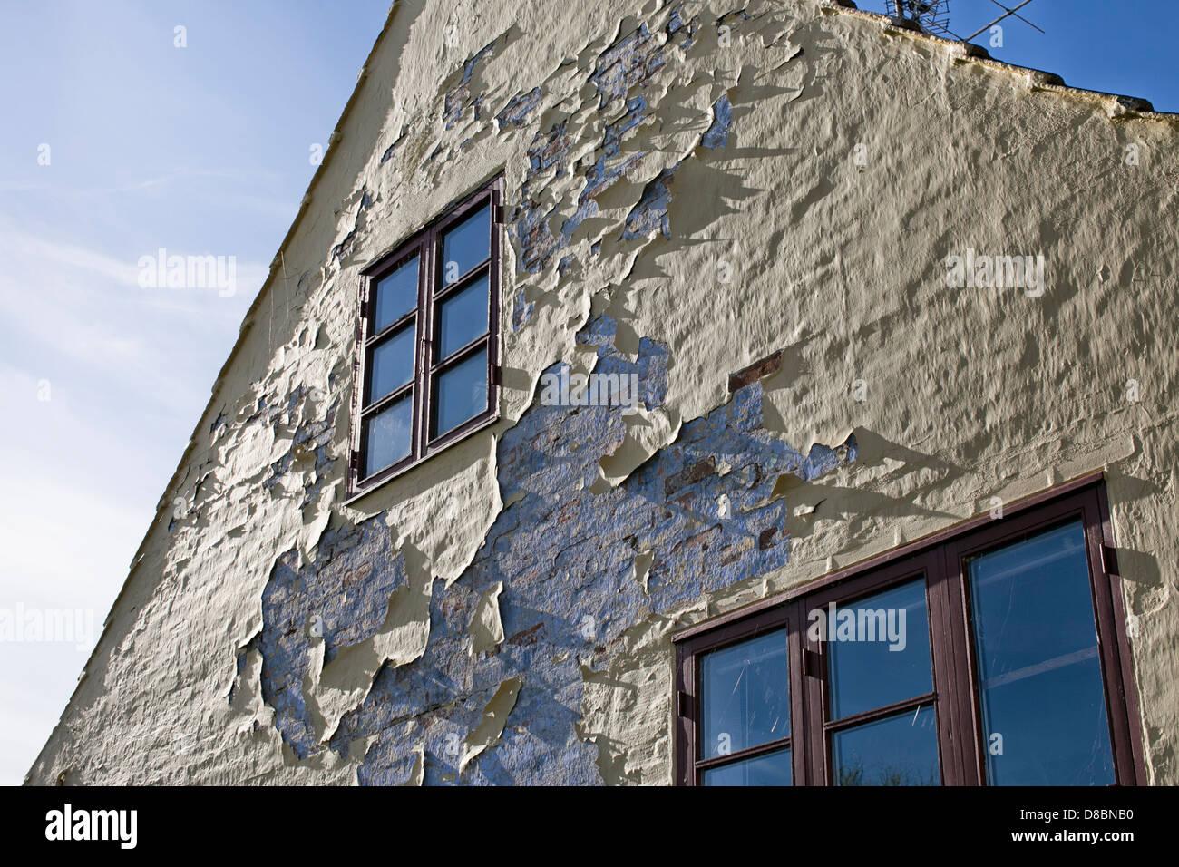 Fachada de la casa con necesidad de restauración. Imagen De Stock