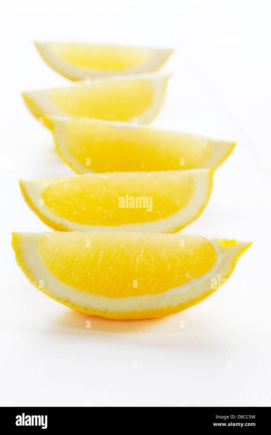 Rodajas de limón sobre fondo blanco - rodajas de limón o rodajas sobre un fondo blanco, con sombras suaves. Foto de stock