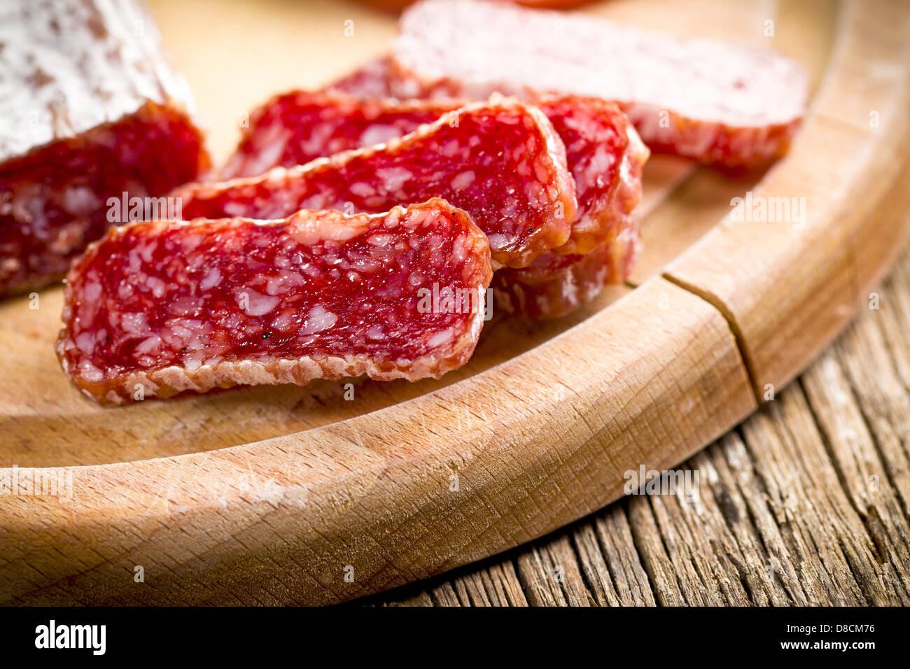 Gourmet en rodajas de salami sobre la mesa de la cocina Foto de stock