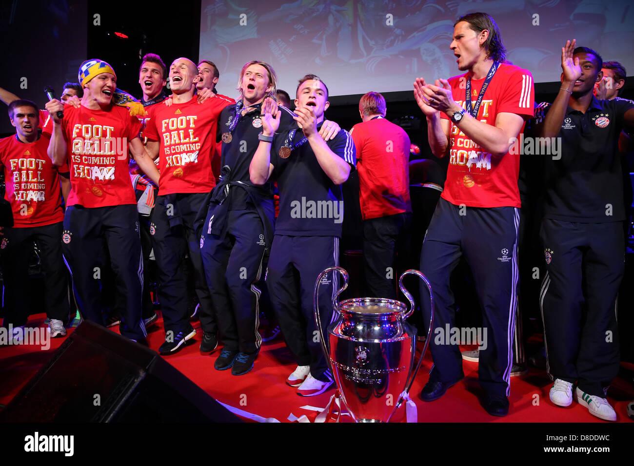 Londres, Reino Unido. 25 de mayo de 2013. Bastian Schweinsteiger (3L) del FC Bayern München celebra con sus compañeros de equipo en la final de la Liga de Campeones Bayern Muenchen banquete en Grosvenor House el 25 de mayo de 2013 en Londres, Inglaterra. Bastian Schweinsteiger Foto de stock