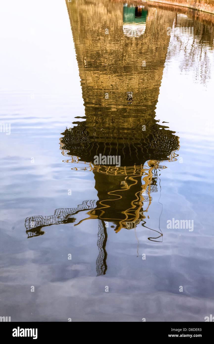 Reflejo de un molino de viento en el agua Imagen De Stock