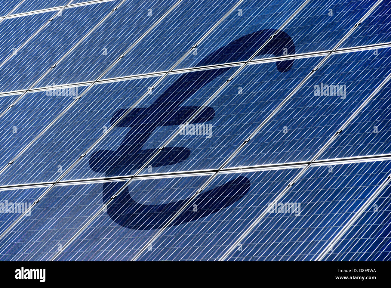 Techo con paneles solares, la energía solar Imagen De Stock