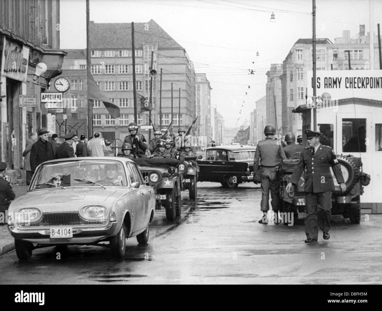 Una limusina con pases oficiales estadounidenses en el Checkpoint Charlie del este al oeste de Berlín, Alemania, Imagen De Stock