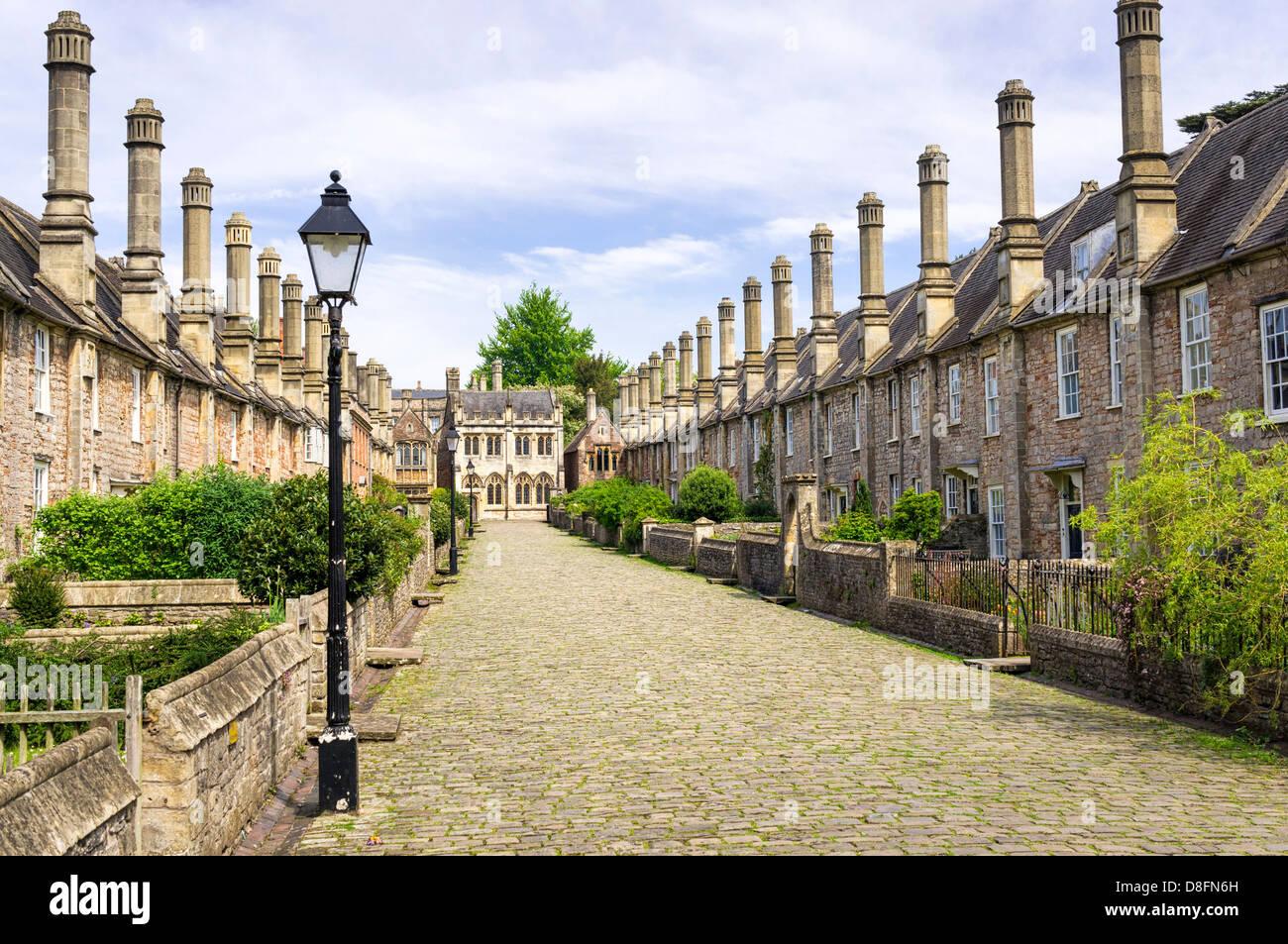 Calle Medieval - Vicarios cerca, Wells, Somerset, Inglaterra, Reino Unido - con calle adoquinada y la hilera de casas antiguas Foto de stock