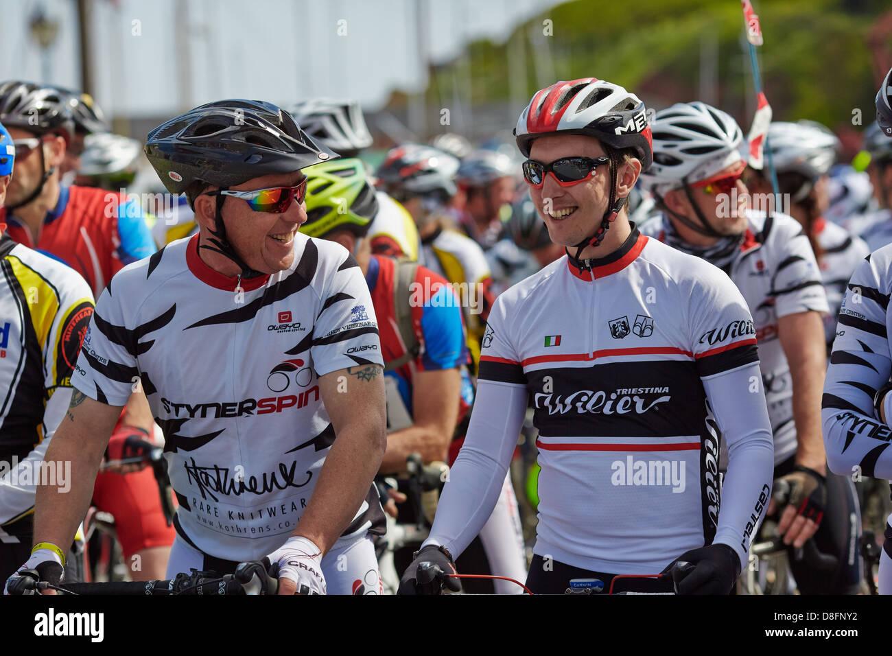 Los ciclistas se preparan para el comienzo del ciclo de costa a costa de Watchet Challenge 2013 en Somerset a Bridport Imagen De Stock