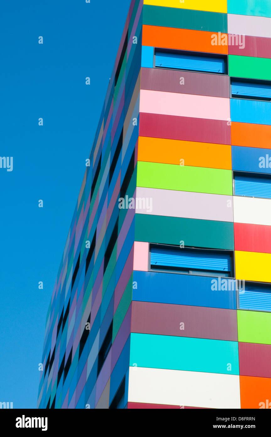 Fachada del edificio de colorines. PAU de Carabanchel, Madrid, España. Imagen De Stock