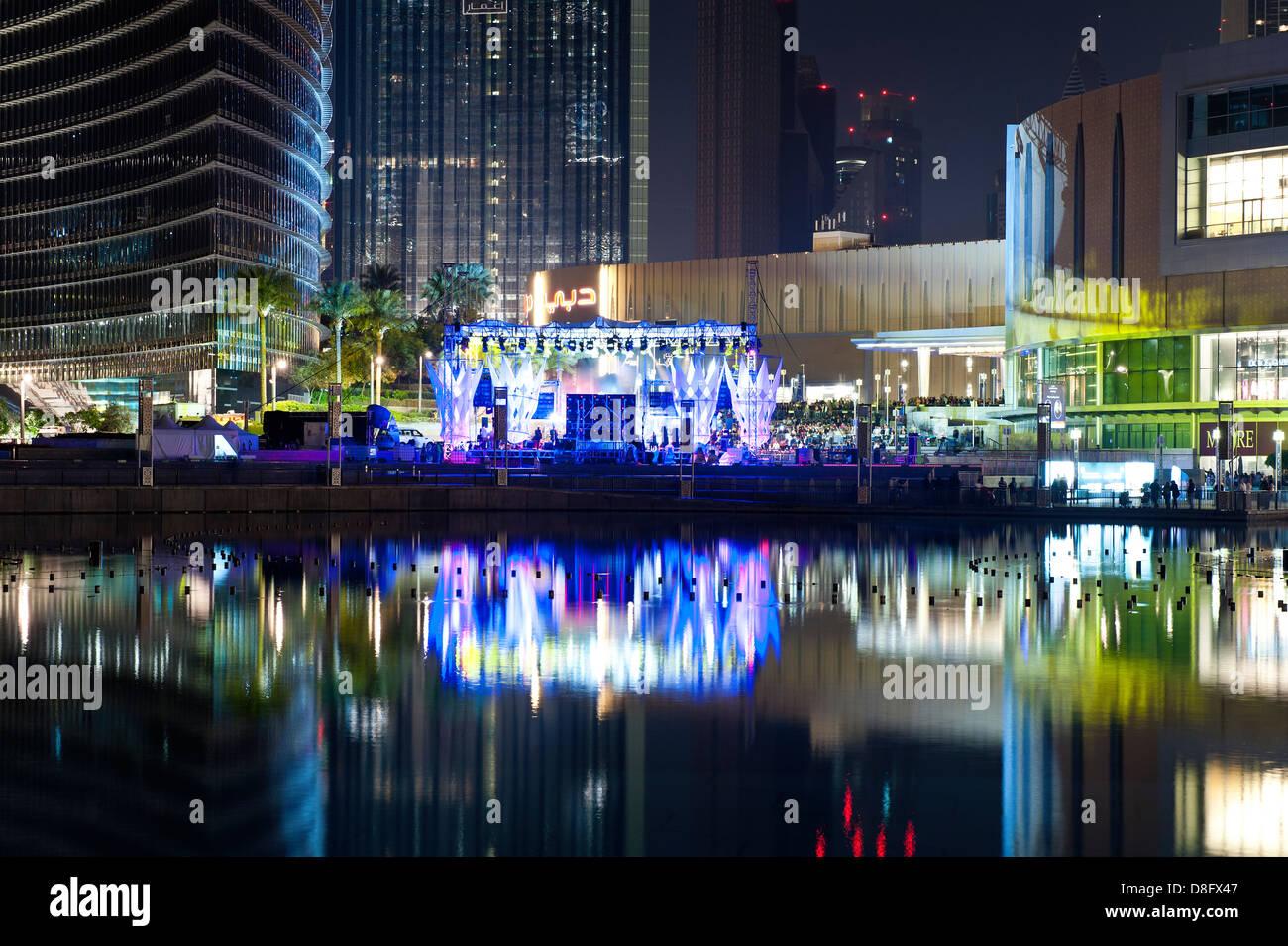 Etapa en el Burj Khalifa Lake junto a Dubai Mall en la noche, Dubai, EAU Foto de stock