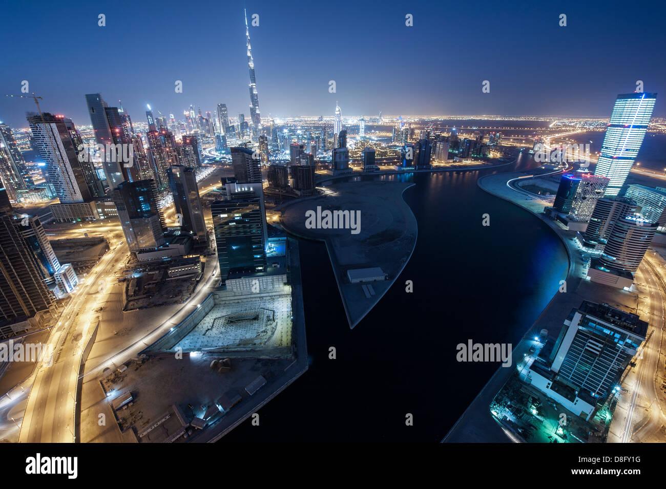 Vista de la Bahía de Negocios y Burj Khalifa en la noche, el centro de Dubai, EAU Foto de stock