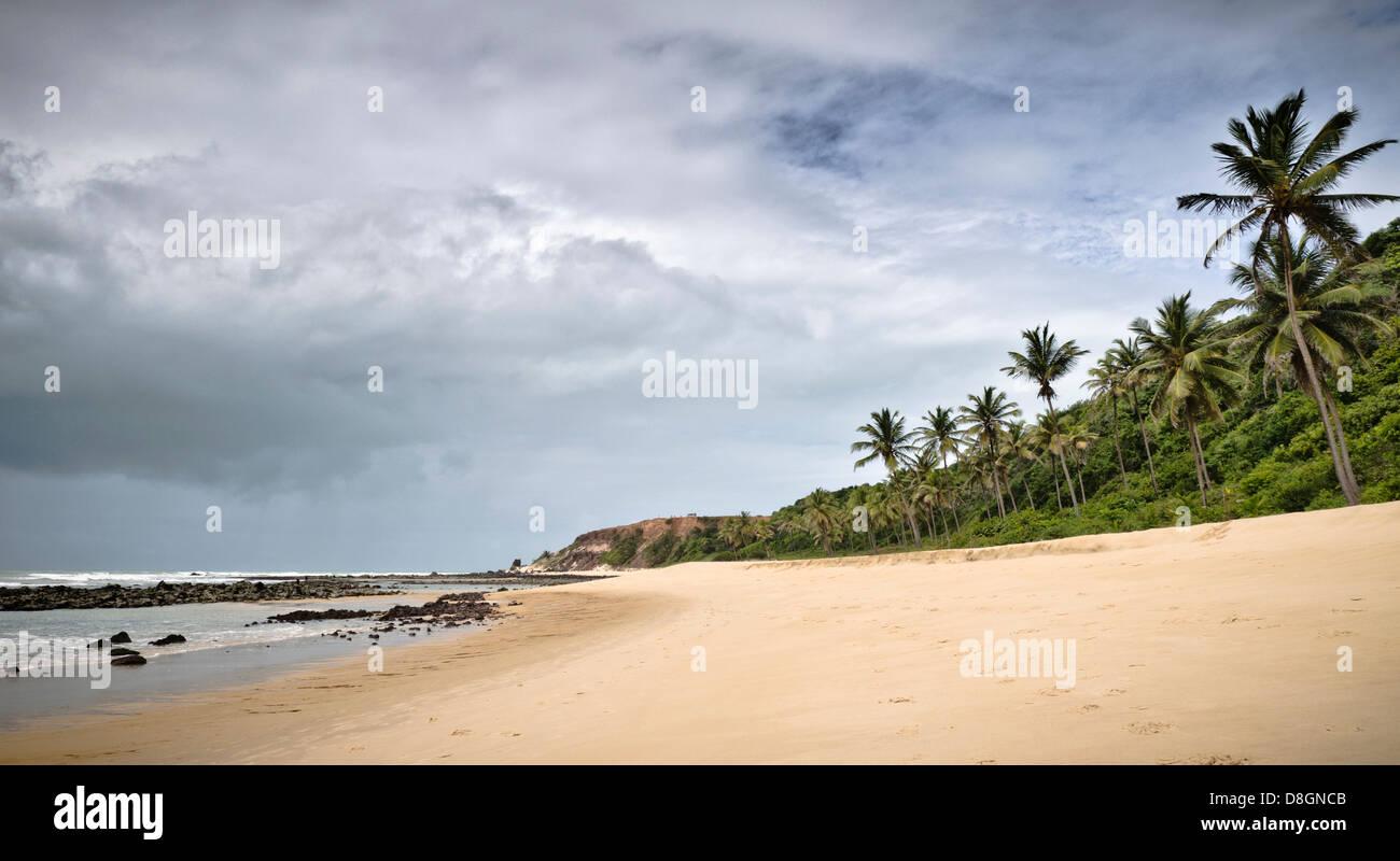 Nubes Thundery delante de Praia do Amor, Pipa, Rio Grande do Norte, Brasil Imagen De Stock