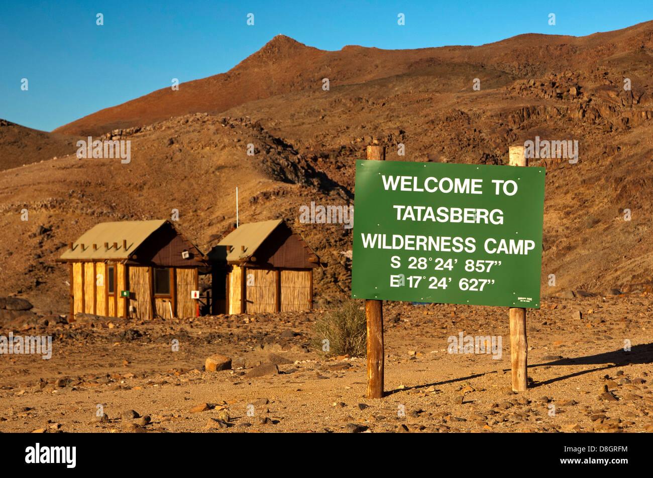 Cartel de bienvenida con información de ubicación GPS a la entrada del campamento desierto Tatasberg Richtersveld, Imagen De Stock