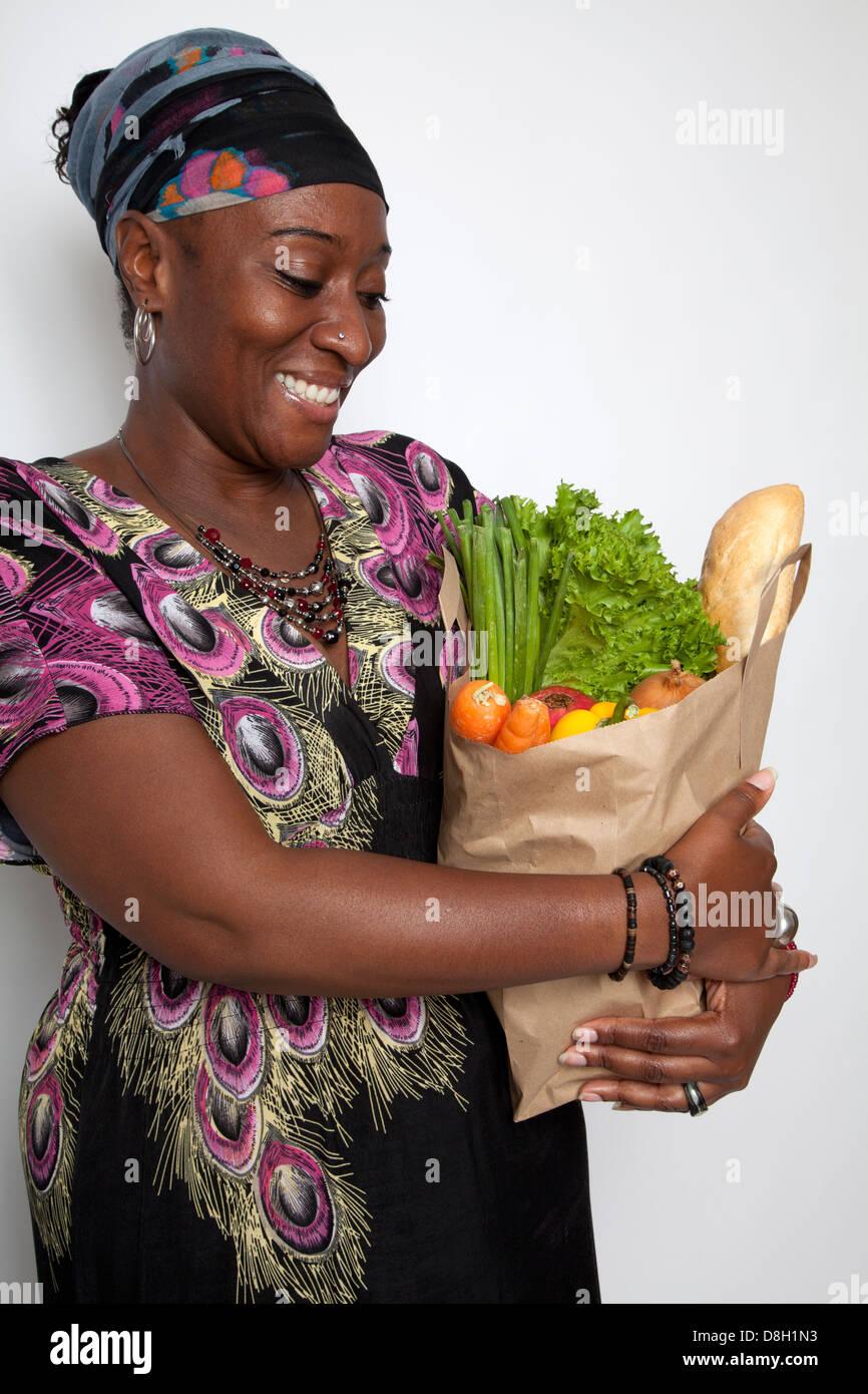 Mujer sosteniendo Brown Bag de comestibles Foto de stock
