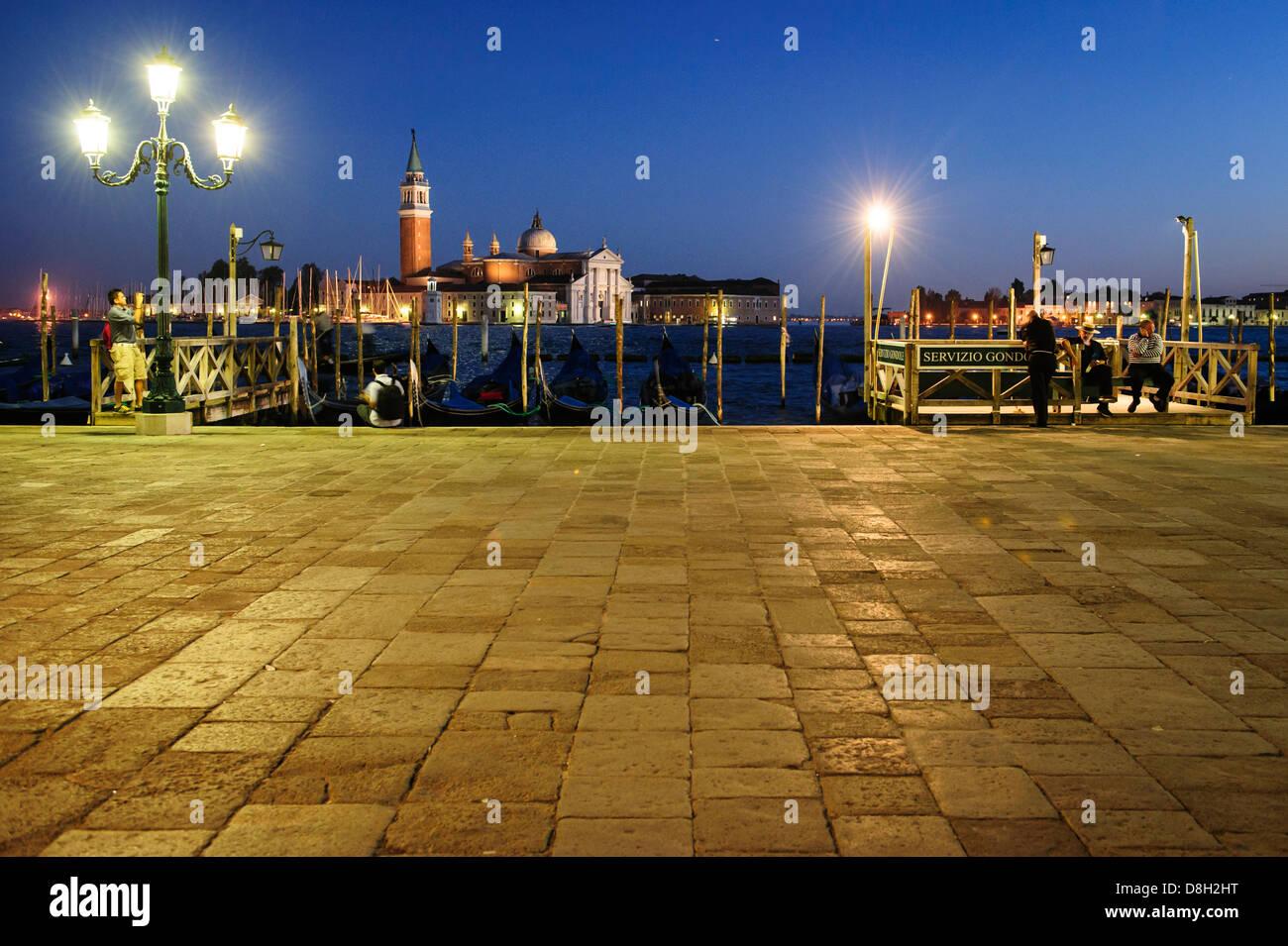 Gondoleros en Venecia a la zona ribereña de la ciudad por la noche, la ciudad de Venecia, Italia. Foto de stock