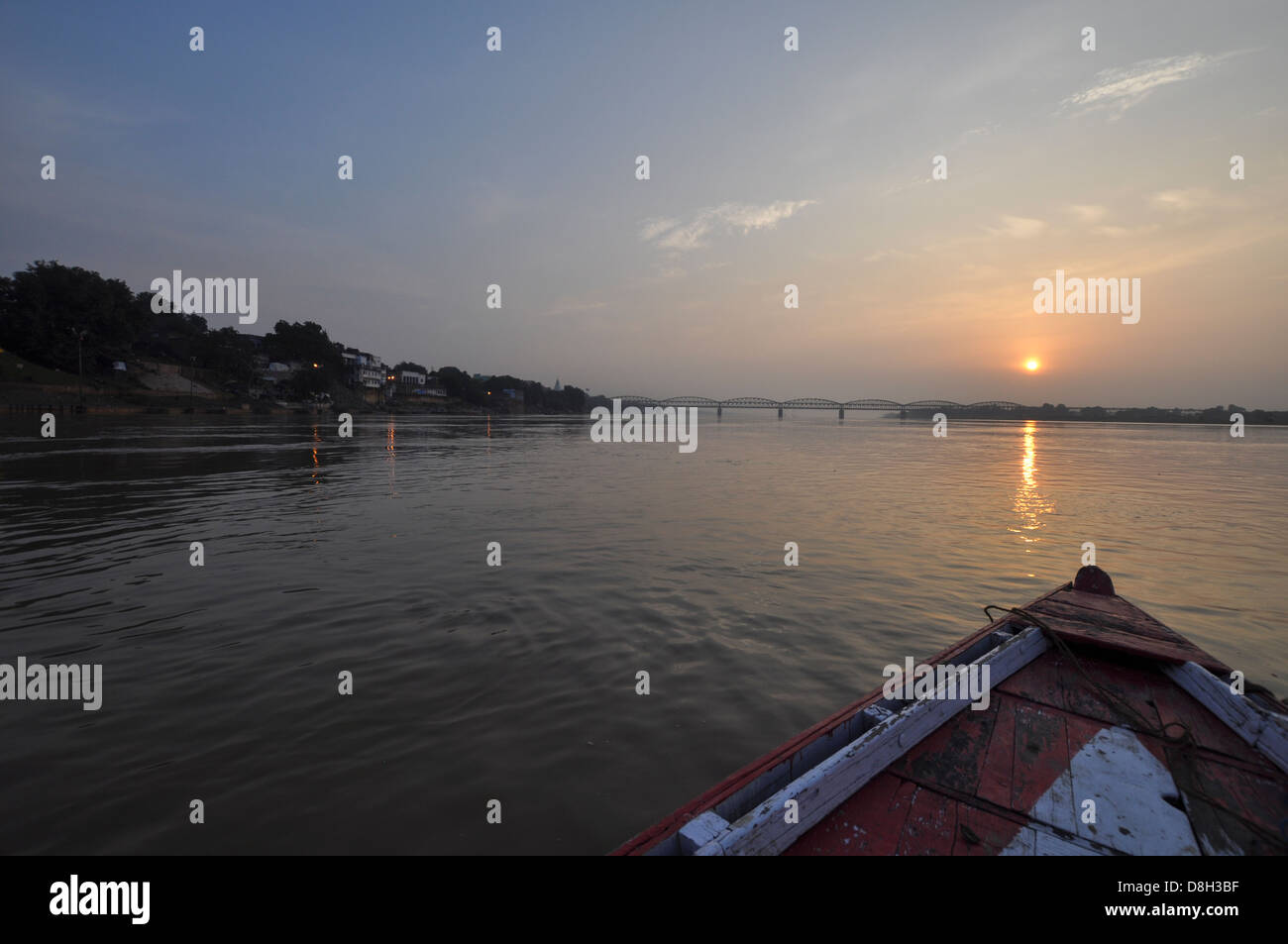 Río waterscape al anochecer, cerca de Varanasi, Uttar Pradesh, India Imagen De Stock