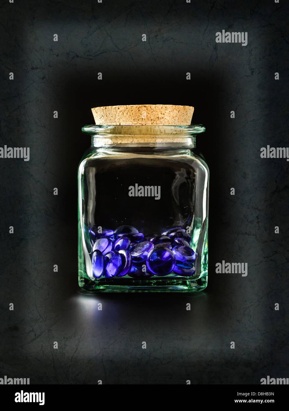 Decorativas piedras de cristal azul en un recipiente de cristal Imagen De Stock