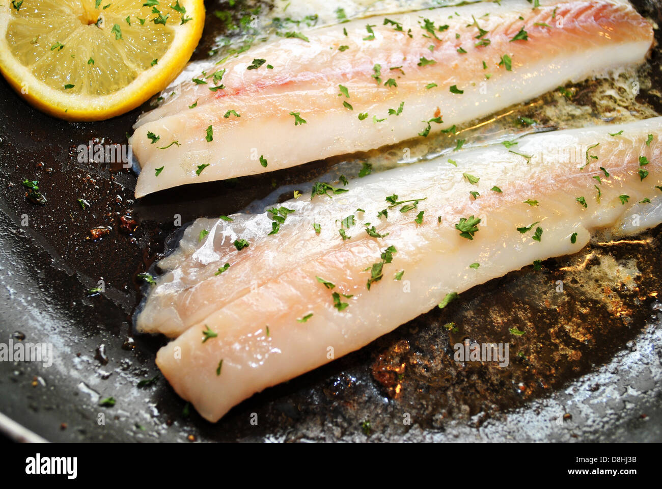 Cocinar Lenguado | Cocinar Filetes De Lenguado Con Limon Y Hierbas Foto Imagen De