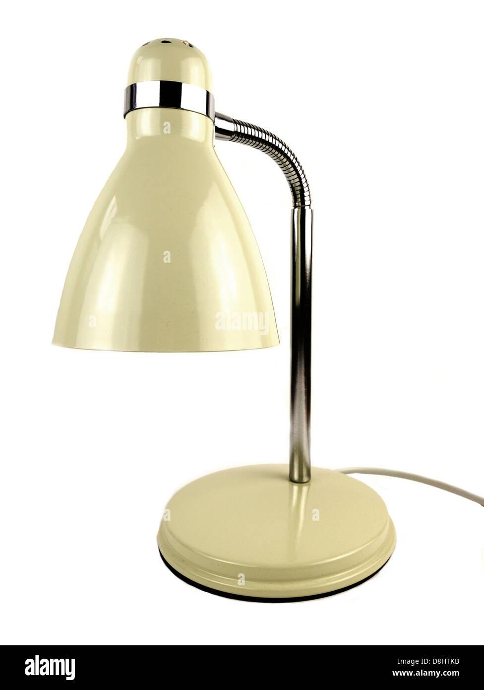 Lámpara de escritorio sobre un fondo blanco con crema de esmalte y acabado cromado. Imagen De Stock