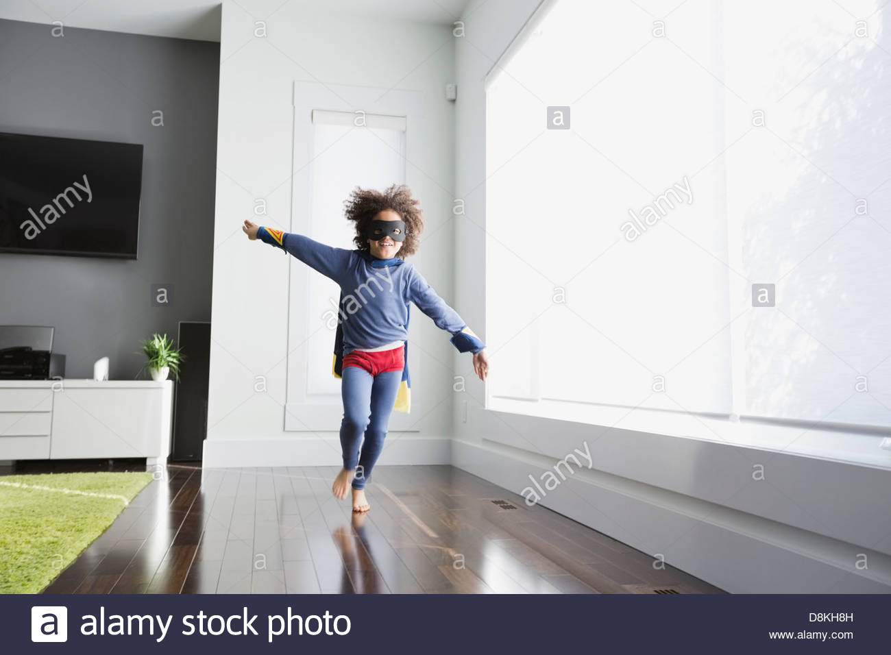 Chico fingiendo ser superhéroe en casa Imagen De Stock