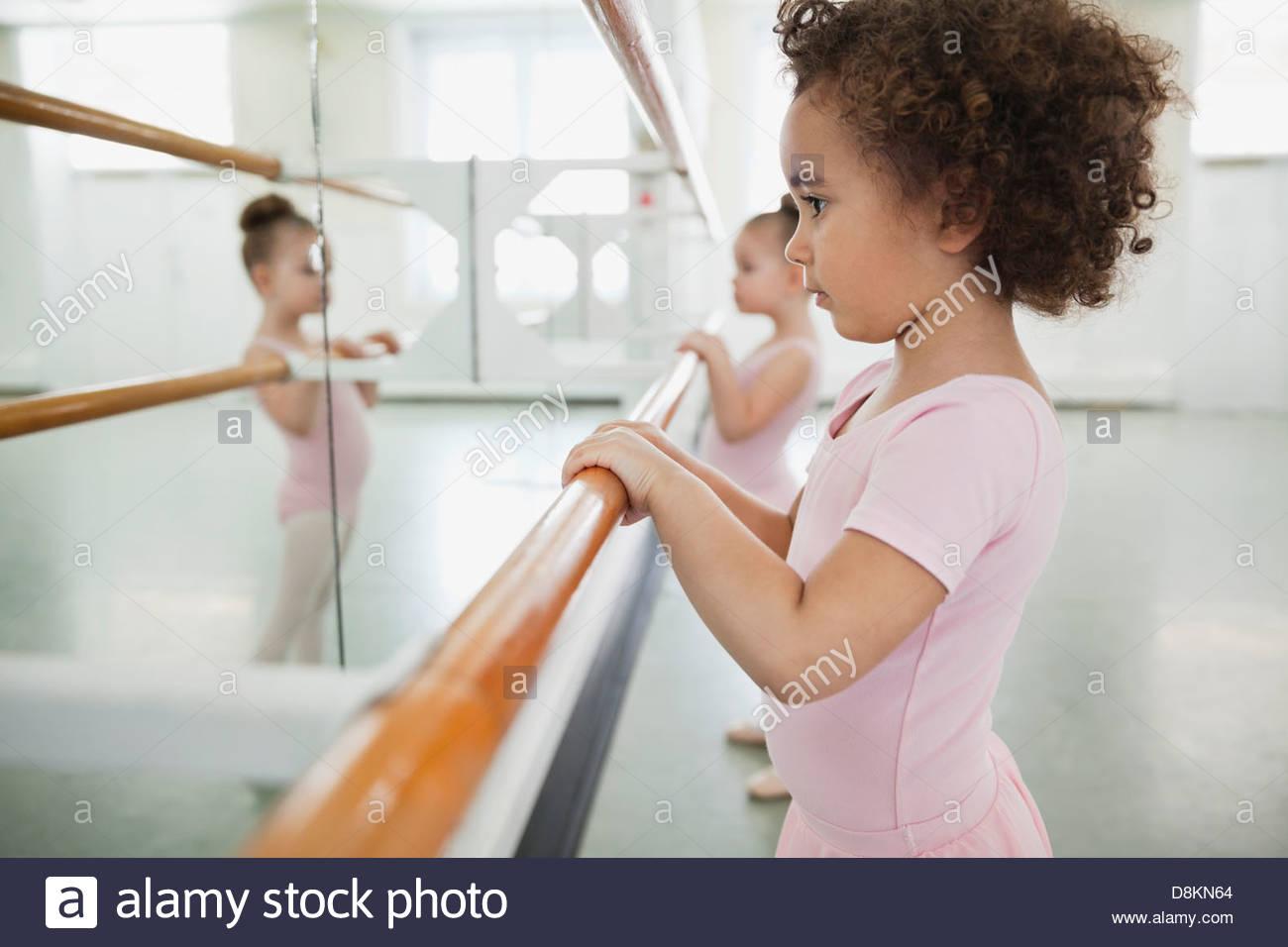 Las niñas practicar ballet en el ballet studio Imagen De Stock