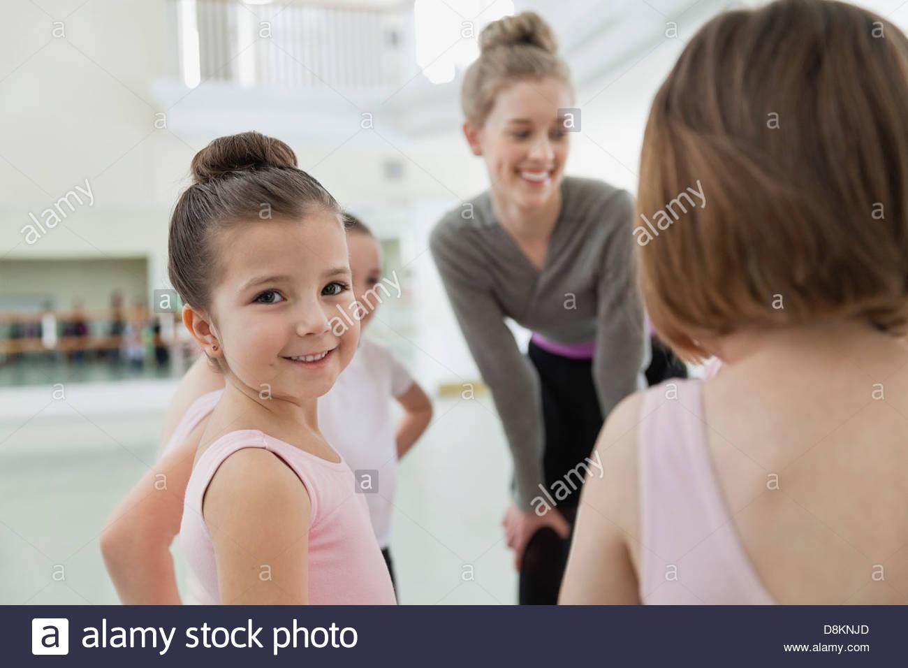 Retrato de chica con amigos e instructor de ballet studio Imagen De Stock
