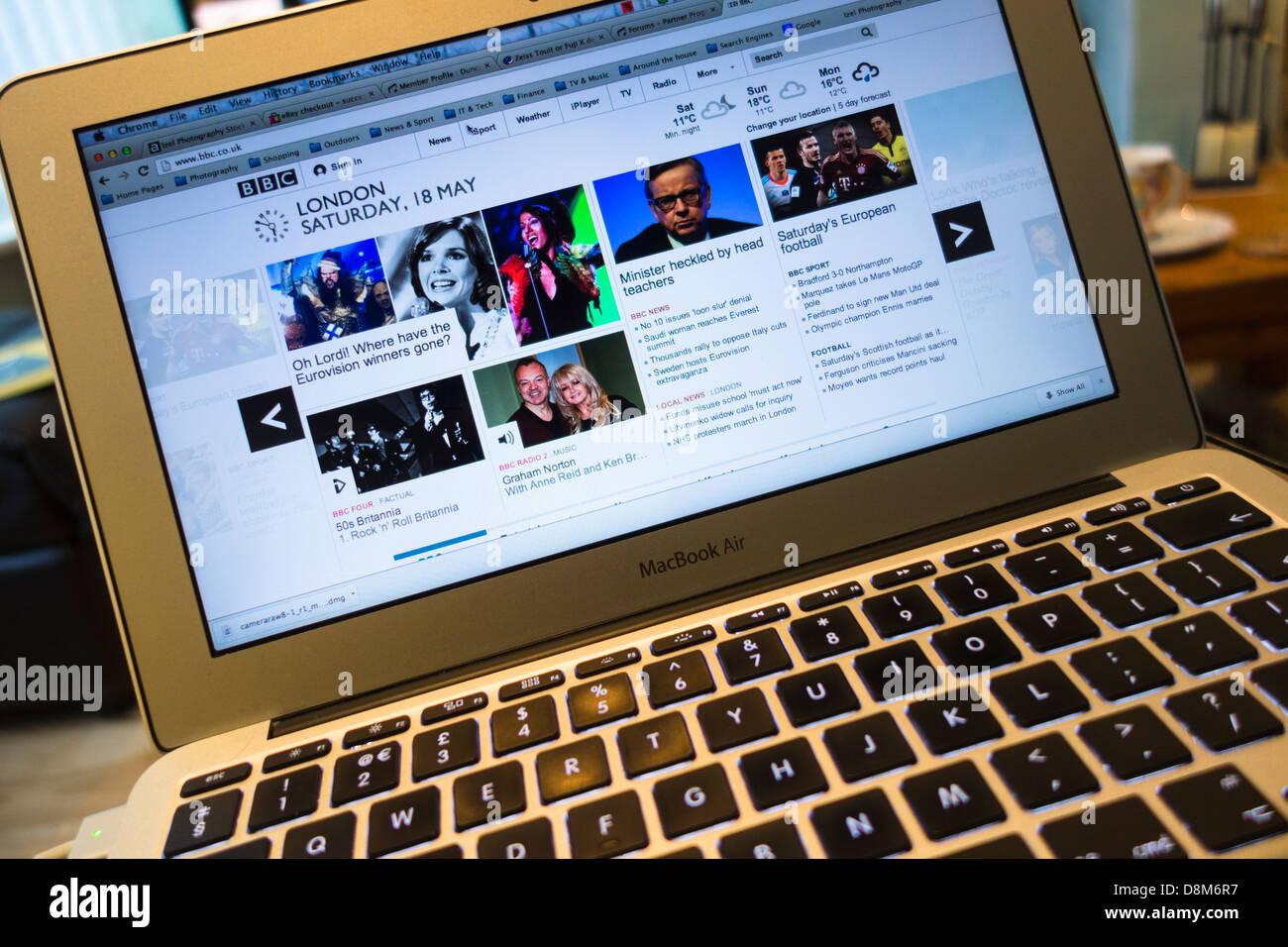 Un primer plano de un ordenador portátil de Apple MacBook Air en la BBC homepage Imagen De Stock