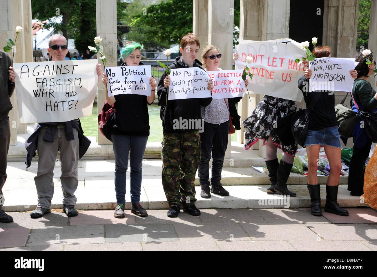 Miembros de White Rose Movement un grupo anti fascista poner flores para el soldado asesinado el baterista Lee Rigby Imagen De Stock