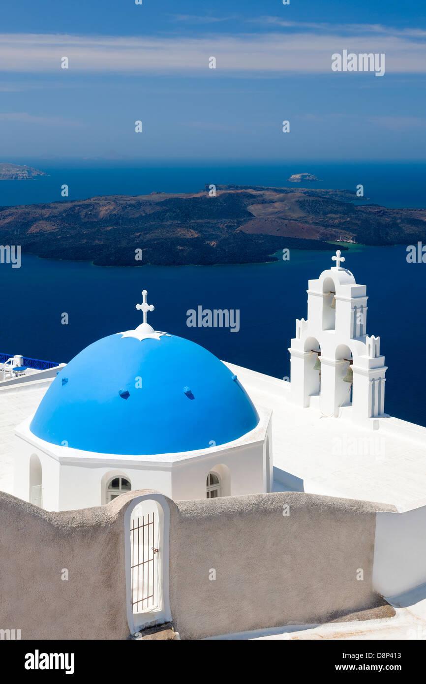 La Iglesia de la cúpula azul en Firostefani cerca de Fira en Thira Isla Santorini Grecia Imagen De Stock