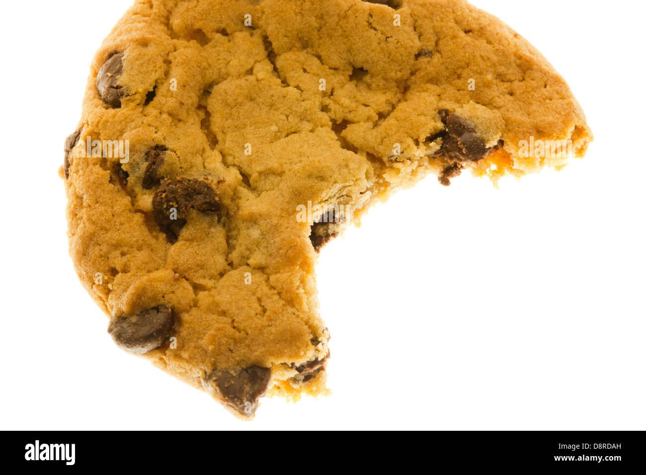 La mitad comido chocolate chip cookie Imagen De Stock
